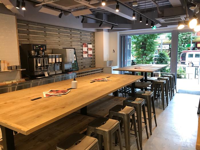 シンプルでスタイリッシュな店内は、中央に大きなテーブルが2つありコンセントも利用可能。ふらっと立ち寄ったり、お仕事の合間にも便利ですね。
