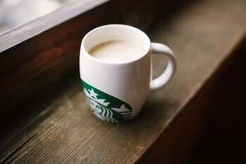 コーヒー豆だけでなく、マグカップやタンブラーなどのコーヒーツールも充実しているスターバックスのギフト。季節ごとにさまざまなアイテムが入れ替わるので、その都度店頭に立ち寄ってみるのもおすすめです。