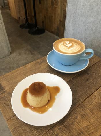食後は、お子さんはプリン、ママはコーヒーでゆっくりしませんか?コーヒーは、愛媛の焙煎所で専用にローストされた豆を使ったシングルオリジン。深いコクと苦みが格別ですよ。