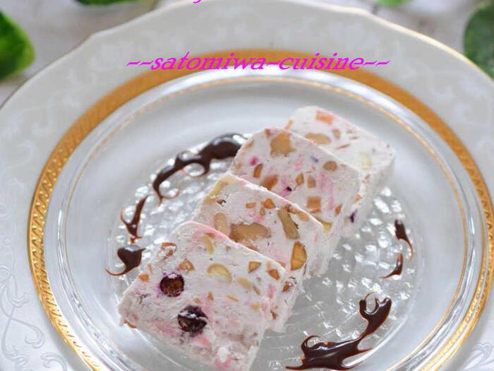 リコッタ―チーズをベースにレモンピール、アーモンド、カシューナッツ、クルミなどたっぷりの具材を入れたカッサータです。  こちらは溶かしたピンクのチョコをアレンジして、ほんのり薄いピンク色に染まっているのがとても可愛らしいですね。もちろん、チョコを入れなくても美味しいです◎  具材を全体的に均一に混ぜ込むことが、断面をきれいに見せることにつながります。