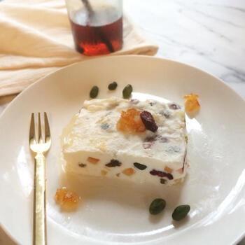 ドライフルーツをラム酒に浸けて、やわらかく濃厚な旨みを閉じ込めてから、リコッタチーズに混ぜ合わせるレシピ。ふわりと香るラム酒とリコッタチーズがよく合います。  小さくひと口サイズに作れば、カロリーもそれほど気にせず、食後のデザートとして安心して食べられますね。