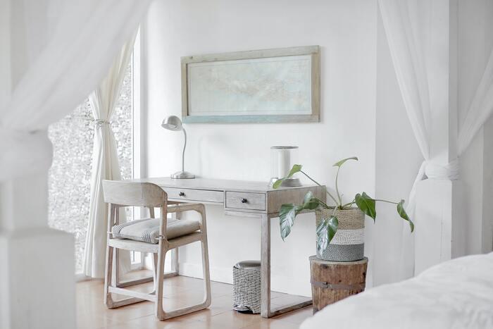 窓辺以外でも、ドアや間仕切りのないワンルームは、お部屋が暖まりにくいもの。 突っ張り棒などでカーテンを取り付ければ、冷気を防いだり、暖房の効きが良くなります。大判クロスがあれば、ピンチで留めるだけでも代用できるので、活用してみましょう。