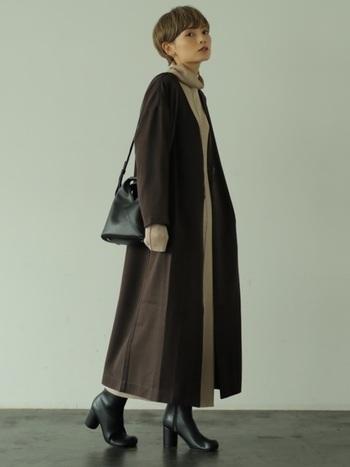 ノーカラーコートにタートルネックのワンピースを合わせたコーデ。コートとワンピースの丈が同じぐらいなので、ロング丈でもスッキリした印象になります。ヒールを合わせることで全体のバランスが良くなり、脚長効果もありますよ。