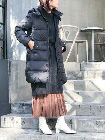 暖かさ抜群のロング丈のダウンには、ニットワンピとプリーツスカートを合わせて縦長シルエットを強調するとスッキリした印象に。色味のバランスも良く、今年っぽいコーディネートになります。