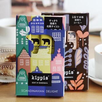 お湯に溶かすだけのスティックタイプなのに、とても香り高く豊かな味わいが楽しめる「kippis coffee」。その本格的なテイストから、「ドリップコーヒーパウダー」とも言われています。 北欧のおしゃれなデザインは、ちょっとしたギフトにぴったりですね。