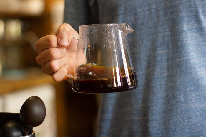 """しかし、""""最後の一滴""""をサーバーへ落としてはいけません。コーヒーは基本的に、後になればなるほど雑味(アク)の元ととなる苦味や不純物が増えてしまうからです。"""