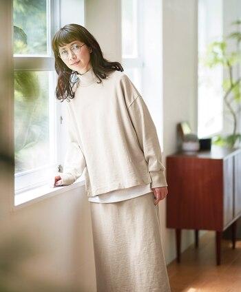 大人っぽい雰囲気のハイネックトレーナーとタイトスカートのセットアップ。 裾から白のトップスをのぞかせて、やさしいアクセントに◎スウェットながら、白に近い上品なベージュが、シックで落ち着いたスタイルに。縦ラインがきれいなタイトスカートを選ぶことがポイントです。