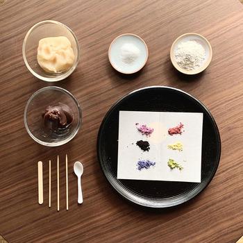 和菓子の作り方(餡作り・色づけ・成形)を動画で楽しみながら学べます。キットに付いているカラーパウダーは、野菜やフルーツなどの国産原料を使用。体に優しく安全で、素材の味も感じられる楽しさがあります。
