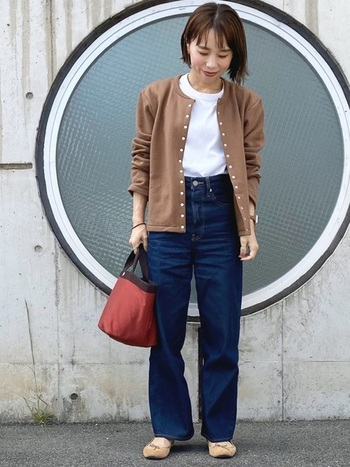 Tシャツ×ブルーデニムのベーシックコーデに、美シルエットのブラウン系のカーディガンを重ねれば、カジュアルになりがちなデニムコーデが上品で大人っぽい着こなしに。くしゅっと袖をまくって、さり気なくこなれ感を出したスタイルが素敵です。