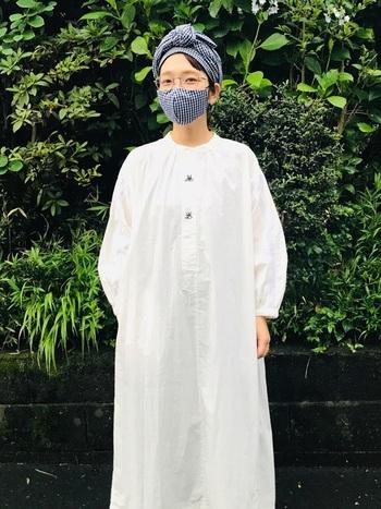 ギンガムチェック柄のマスク×ターバンで、柄をお揃いにした素敵なコーディネート。顔まわりのおしゃれとシンプルな服装で、メリハリがついているからスタイリッシュに。
