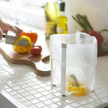 こちらの「Plastic Bag Holder(ポリ袋ホルダー)」は、ポリ袋をかけて簡易ゴミ箱として使うアイテム。調理中の野菜ゴミなどをサッと捨てられるから、シンクに三角コーナーいらず。
