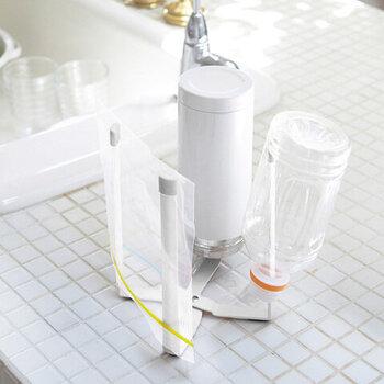 水筒やペットボトルを洗った後、乾燥させるためにも使えます。コンパクト&スリムに折りたたんでおくこともできるので、シンク周りにあると何かと便利です。