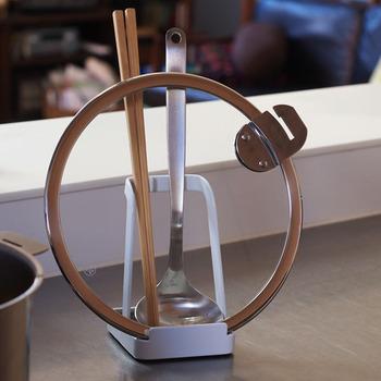 意外と困る菜箸やお玉などの置き場所。このスタンドを使えばツール類だけでなく鍋のふたもスマートに収納できるんです。調理中のちょっとしたストレスを解消してくれます。