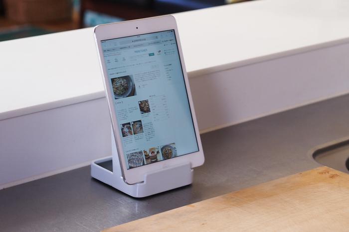 レシピを確認しながら調理したいとき、レシピ本やタブレットを立てておくこともできます。また、まな板置き場としてもおすすめです。