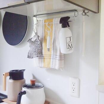 バーが上段・下段に分けて掛けられるデザインになっているので、手拭き用のふきんと食器拭き用を分けて掛けることもできます。程よい間隔があるのでふきん同士が触れにくく、風通しもいいので衛生的。