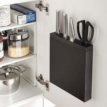 料理にこだわるほど増えていく包丁やナイフ類。こちらは、取扱いに気をつけたい刃物類を一ヶ所にまとめて、省スペースに収納できる専用ホルダーです。シンク扉の裏側にもフィットするスリム設計なのに、包丁を約8本、キッチンバサミも収納できる収納力です。