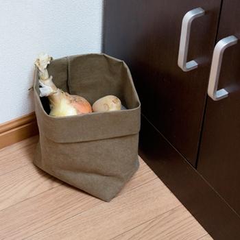 使われているのは木質繊維の素材で、とても軽く使いやすい。収納バッグは縁を折り込むことができるので、入れるものに合わせて高さを調節できます。キッチンでお菓子や野菜のストックに便利です。