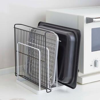 キッチンで置き場所に困りがちな、配膳トレーやオーブンの天板、ホットプレートの替えプレートなどを立てて収納できる便利なスタンド。