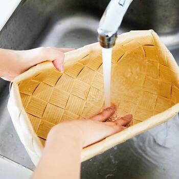 一見、天然素材のバスケットと思いきや、しなやかで汚れや水、熱にも強い樹脂製。汚れたら水洗いできるので、いつでも清潔に保つことができます。