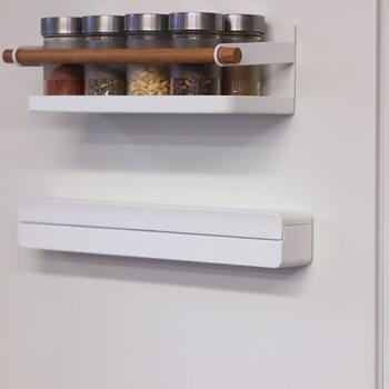 生活感が出がちな市販のラップを収めて、冷蔵庫に取り付けられる優れもの。使用頻度の高いラップを、使いたいときサッと取れるので便利です。