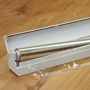 市販のラップをこのホルダーに付け替えるだけで、キッチンがすっきりとした印象へと変わります。「芯」があるので、ラップを引き出すときに芯が回転してスムーズに使うことができます。