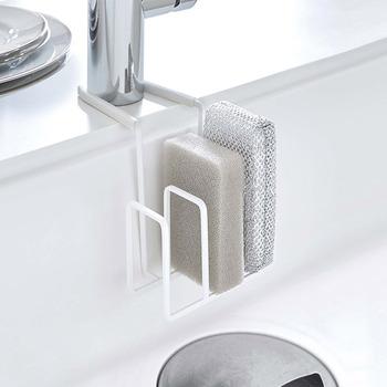 意外と置き場に困るキッチンスポンジ。シンクに掛けておけたら、場所を取りませんし、水切れが良くて清潔ですよね。こちらは、「蛇口に掛けるスポンジホルダー」。