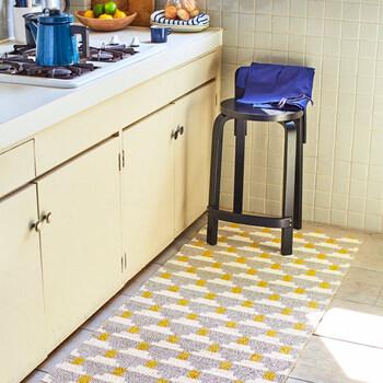 ブリタスウェーデンのキッチンマットは実はプラスチック製。でも、冷たく固い印象のプラスチックではなく、やわらかく、畳にも似ているような爽やかな質感のプラスチックなんです。吸水率が低く、汚れもさっとひと拭きするだけですぐにきれいになります。  しっかり洗いたいときは、洗濯機もOK。毛足がないということは、そこにホコリが入り込んでしまうこともないということで、衛生的にすっきり保てるんですね。