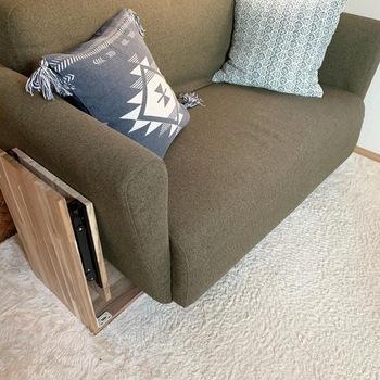 コンパクトなので使わないときも邪魔にになりません。こんな風にソファ横に収納できますよ。