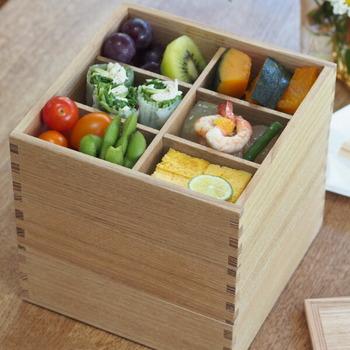 タモ材の木目が美しいシンプルな重箱です。3段あるのでご飯もおかずもたっぷり詰められそう。別売りの仕切りを活用すれば、きちんと感のある盛り付けができますよ。ウレタン塗装がされているので、揚げ物を入れても大丈夫◎