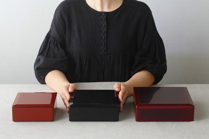 コンパクトな4.5寸からメインにぴったりの6.5寸まで、3種類のサイズがあります。色は黒、朱うるみ、本朱、溜の4色。食卓の雰囲気や料理に合わせて選べるのが嬉しい。