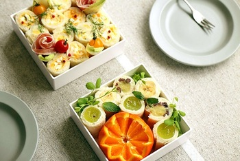 白いボックスに入れると、料理がより映えます。サンドウィッチも具材を巻くと、色が綺麗に見えて芸術的!盛り付けの幅が広がりますね。