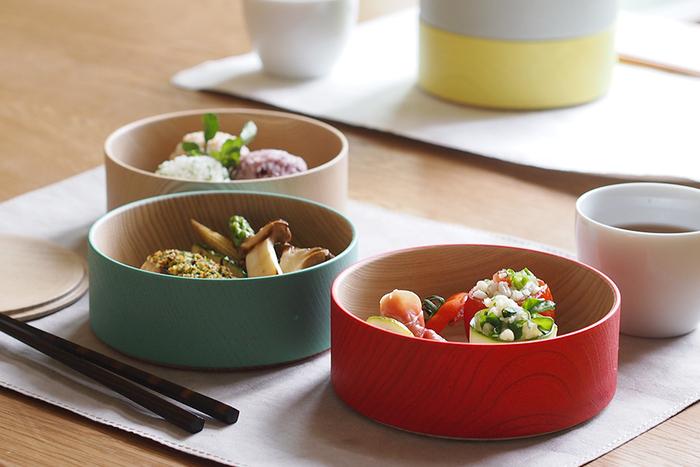 こちらはターコイズブルーと赤色が鮮やかですね。コンパクトで持ち運びやすいため、お弁当箱として使うのもおすすめ!食卓では小鉢の代わりに使っても◎