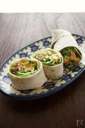 ちょっぴりスパイシーなスイートチリソースが食欲をそそるシンガポール風春巻き。生地は市販のトルティーヤ生地を使用しているので、内側の具材を用意してくるくる巻くだけで、本格的なエスニック料理に!野菜がたっぷり入ってとってもヘルシー。食べ応えも満点です。