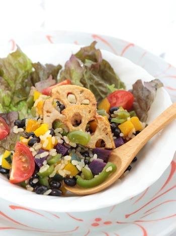 ご飯にヘルシーな素材を混ぜ込んだ、サラダのようなベジライス。ピーマン、紫芋、かぼちゃのカラフルな色合いが食欲をそそります。腸を休めるリセット食としてもおすすめですよ。