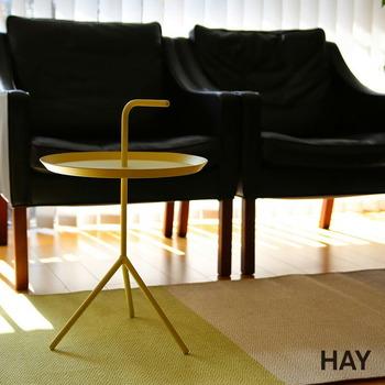 スチール製のカフェテーブルは、どこにでも持ち運びしやすい気の利いた作り。天板のL字は持ち手としてはもちろん、デザインのワンポイントに。お部屋に遊び心を演出してくれそうです。