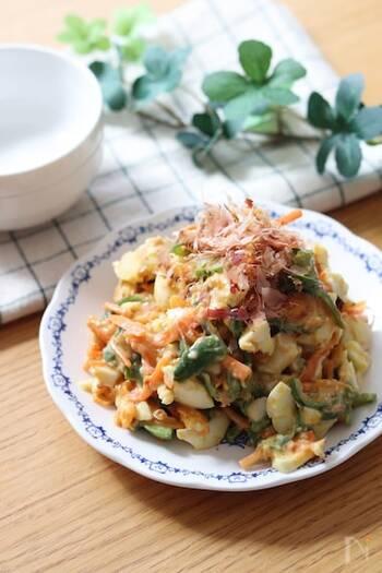 おかかマヨ醤油の味付けと、レンジで加熱したピーマン、にんじんがよく合う和風サラダ*卵も入っているので、満足感のある一品です。家にある材料でパパッと作れます♪
