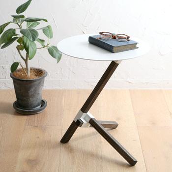 3本の角材からできた独特の脚がスタイリッシュな雰囲気のコーヒーテーブル。置く角度によっても印象が変わり、お部屋にアート感をプラスしてくれます。