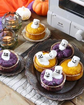 ホットケーキミックスで簡単に作れるカップケーキのレシピです。レンジで火を通した紫芋をスプーンで潰して混ぜるだけなので、裏ごし要らず。マシュマロに顔を書いてトッピングすれば、子どもが喜ぶかわいいカップケーキになりますよ。