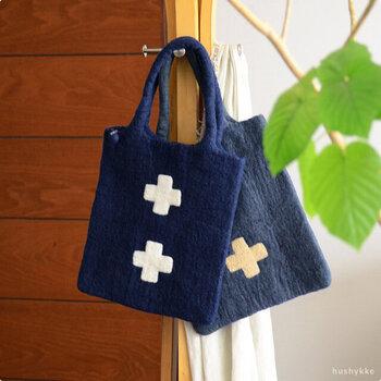 同じく「KLIPPAN(クリッパン)」の、手作りの温かみあふれるウールのバッグです。A4サイズの書類やノートが入る大きさで、ミニポケットやファスナー付きで便利。ニットコーデに合わせて持ちたいですね!