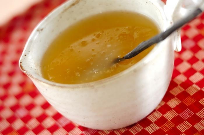 りんごジュースの自然な甘みで楽しむ生姜葛湯。寒い日の朝食や夜の飲み物としてもおすすめです。葛に火が入って、とろみがついたら火を止めます。