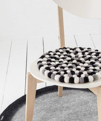 小さなフェルトボールが集まったチェアパッド。ニュージーランドウール100%で、程よい弾力とハンドメイドならではの風合いが魅力的。シンプルな椅子に置くだけでインテリアのアクセントになり、座ったときもぬくぬくです♪