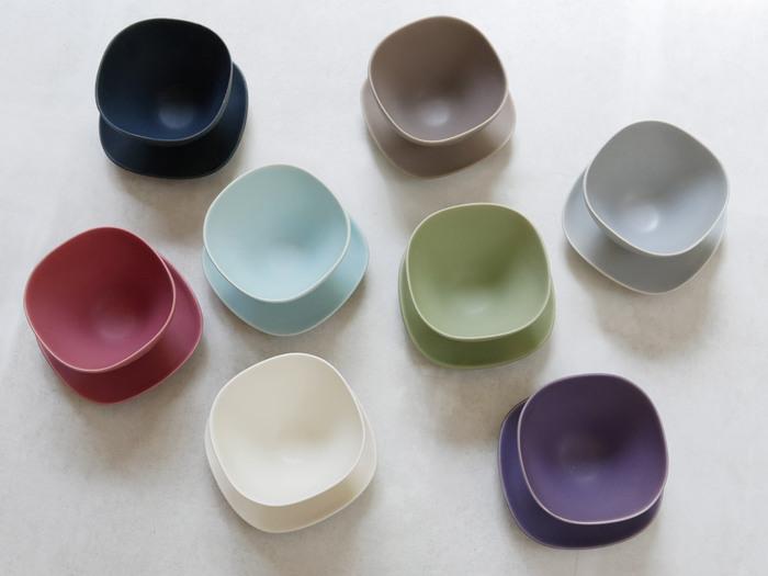 「毎朝シャツの色を選ぶように、食器の色も選べたら。」 「SAKUZAN」のDAYSシリーズは、そんな思いから生まれたのだそう。風合いのある色だけでなく、唇にフィットしやすい薄い縁、手になじむマットな質感。 一度使うと使わずにいられなくなるような、味わい深いカップ&ソーサーです。