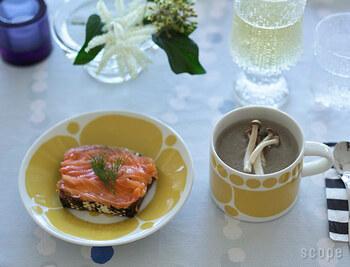 同じくフィンランドのテーブルウエアブランド「ARABIA」のプレート使いしやすいカップ&ソーサー。  カップにはスープを、ソーサーにはオープンサンドを。カップ&ソーサーというセットならでは、コンパクトでまとまりの良い、おしゃれなカフェ風コーデに。