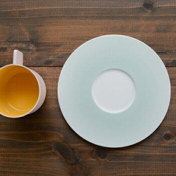 カップはマグとして使いやすいストレートなフォルム。ソーサーにくぼみはありますが、リムがフラットで広いのでおしゃれに盛り付けられるデザインです。
