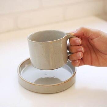 たくさんのデザイン受賞歴を持つ、荻野克彦さんデザインのカップ&ソーサー。 ハンドメイド的な温もりと扱いやすい機能美が備わった、ナチュラルモダンなデザインです。 13.5cmとミニサイズなソーサーですが、リムがしっかと立っているので、中に入れたものが安定し、美しく見えます。