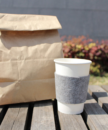 ホットドリンクが恋しい季節。フェルト素材のカップスリーブは、アツアツのコーヒーをテイクアウトするときにおすすめ。本体にフィットして伸びにくいので、バッグに忍ばせて気軽に使いやすいですね。