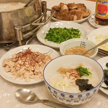 ベトナムのお粥には、生姜がたっぷり。干し生姜がない時には、もちろん普通の生姜でもOKです。体がポカポカ温まるので、冬にぴったりのレシピですね。パクチーなどはお好みで!