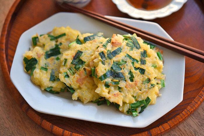 ニラの旬は3月〜5月。卵の黄色とニラの緑が春らしい一品です。価格の優等生卵はふんわり優しく、シャキシャキのニラと合わせると食感が楽しくなります。小ぶりに作って子どものおやつや朝食にもオススメです。