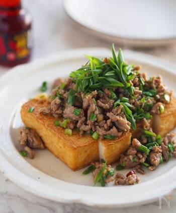 東洋医学でニラは元気を養い、外からの病気を防ぐと考えられています。節約レシピでは定番の厚揚げをじっくり焼くことでカリッとした食感に。淡白な厚揚げにニラと甘辛のそぼろが一緒になるとパンチのある一皿になります。