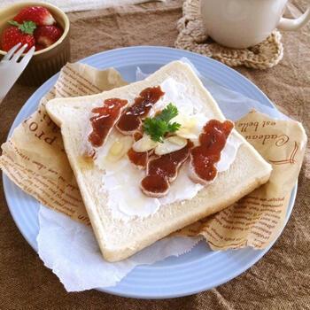 おつまみにも合う干し柿は、パンにのせてオープンサンドにも合い、ちょっとオシャレなカフェ風ランチにもピッタリ。パンはそのままでも焼いてもおいしいので、両方作って食べ比べてみるのも良いかも。
